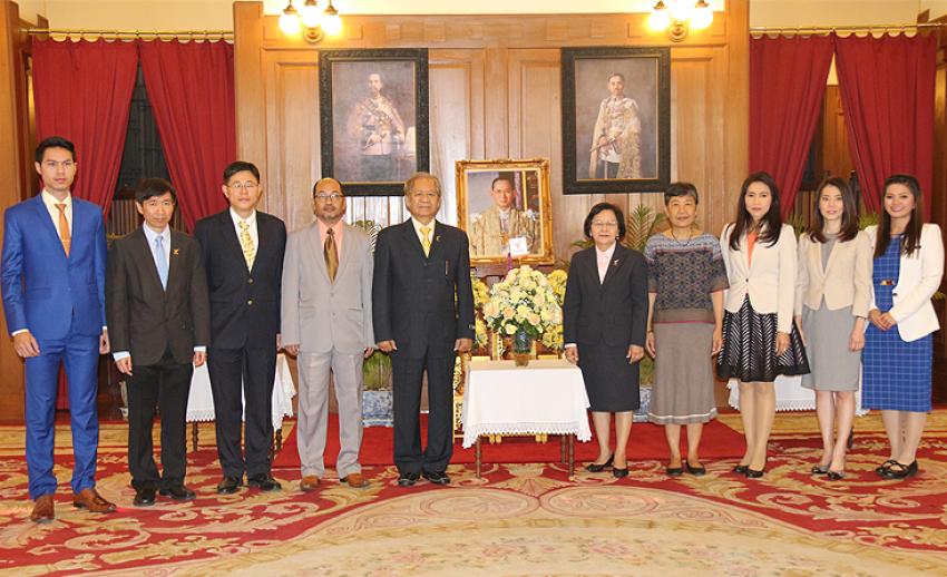 คณะผู้บริหารสถานีโทรทัศน์ไทยพีบีเอสถวายพระพรแด่พระบาทสมเด็จพระเจ้าอยู่หัว