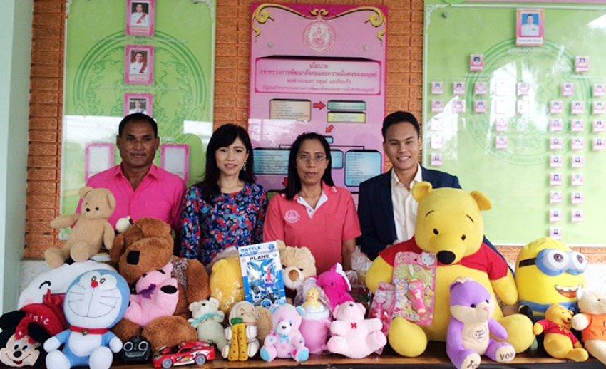 ผู้ประกาศข่าวไทยพีบีเอสเป็นตัวแทนมอบตุ๊กตาและของเล่นให้กับเด็กจาก 3 มูลนิธิ