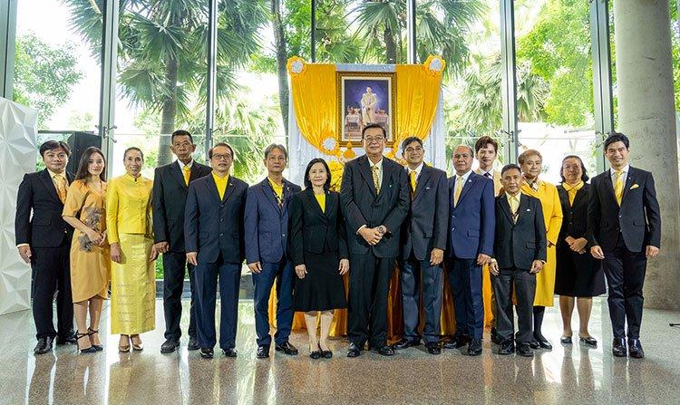 พระบาทสมเด็จพระเจ้าอยู่หัว ทรงพระกรุณาโปรดเกล้าโปรดกระหม่อม ให้เชิญสิ่งของพระราชทานมอบให้สถานีโทรทัศน์ไทยพีบีเอส จากการผลิตละครปลายจวัก